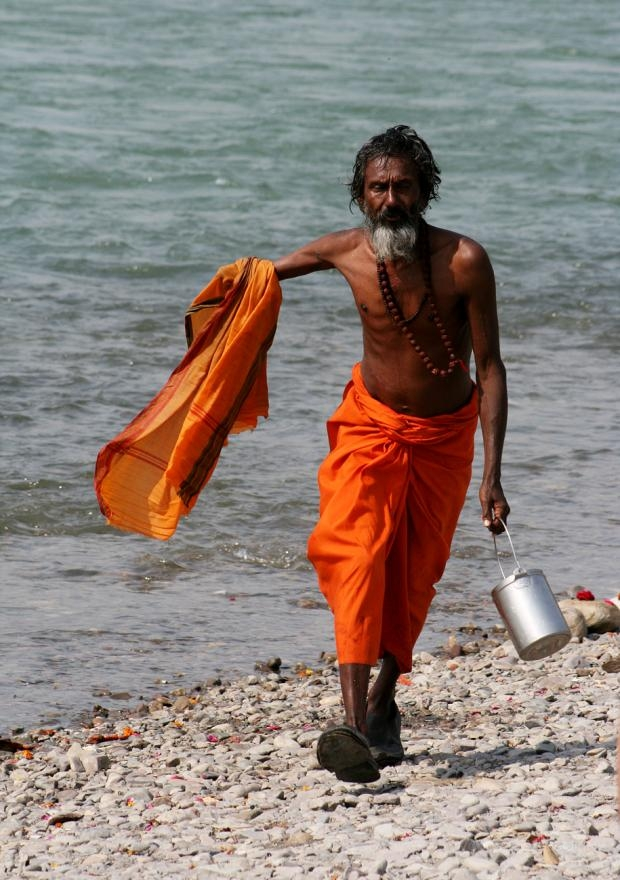 Sadhu en el Ganges en Rishikesh, India